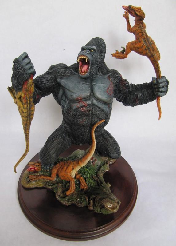 Diorama Kong vs raptors.